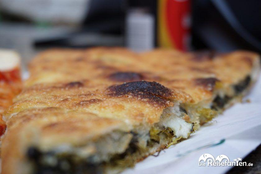Spinat und Käsefüllung in der Pizza aus der La Piccola Ciaccineria