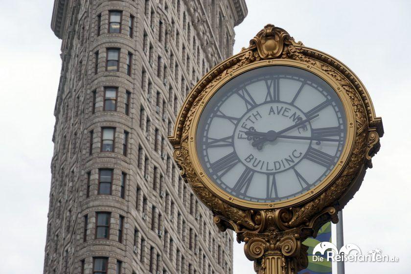 Das Flatiron Building in NYC mit der berühmten Uhr davor