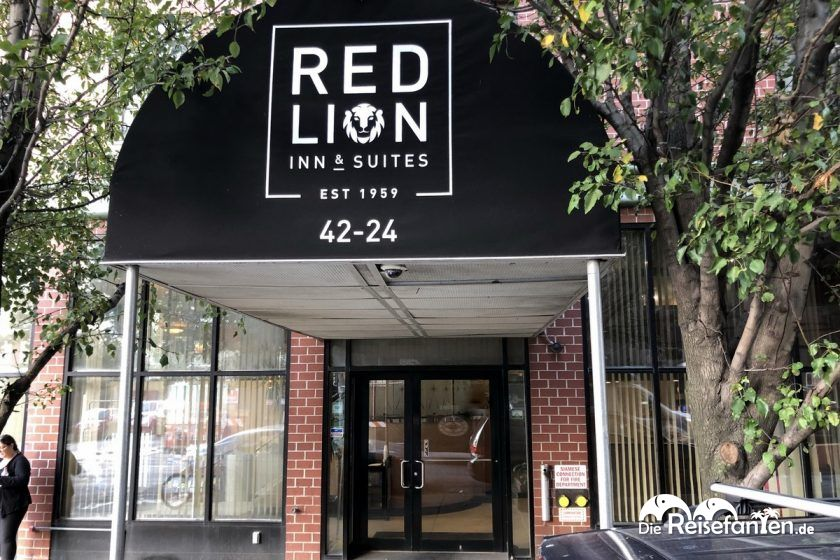 Der Eingang zum Red Lion Inn & Suites Long Island City