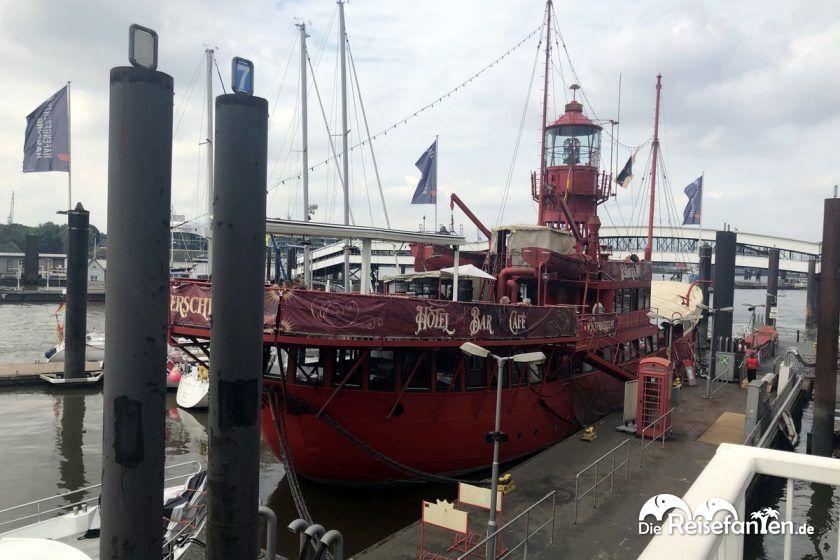 Das Feuerschiff liegt im Hamburger Hafen