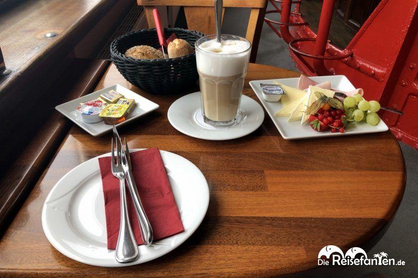 Das Frühstück auf dem Feuerschiff im Hamburger Hafen