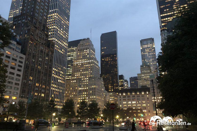 An der 5 Avenue in New York am Abend