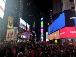 Der Times Square in New York bei Nacht