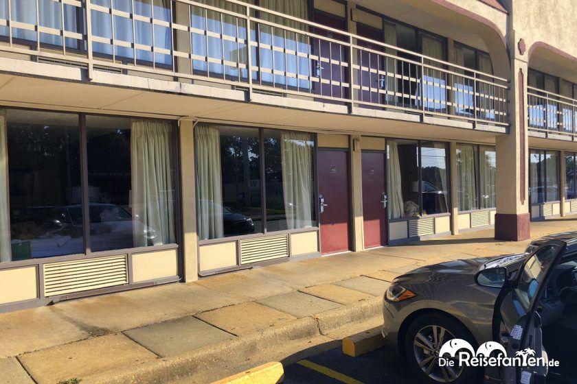 Motel mit Parkplätzen vor den Zimmern im Red Roof Inn Montgomery