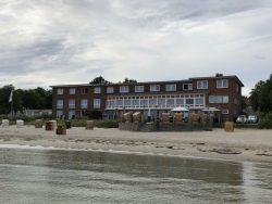 Blick vom Meer auf das Hotel Seelust in Eckernförde