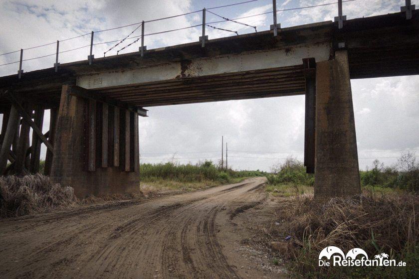 Eisenbahnbrücke in den Sümpfen nahe New Orleans