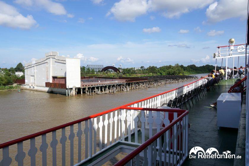 Auch dieser Uferbereich ist noch von Katrina beschädigt