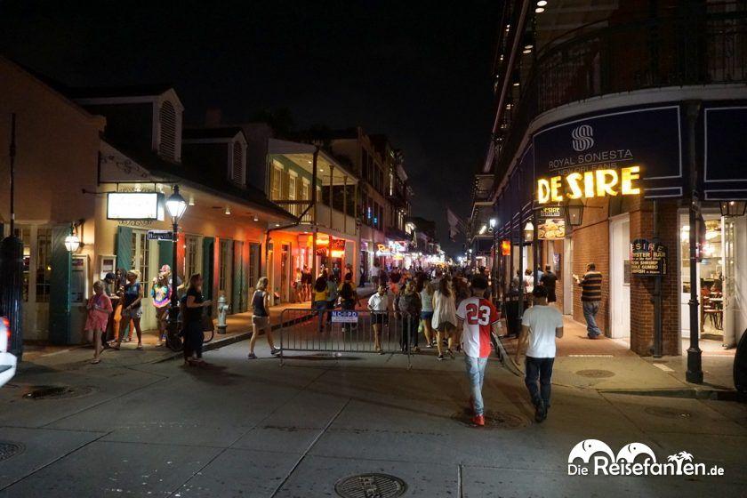 Blick entlang der Bourbon Street in New Orleans