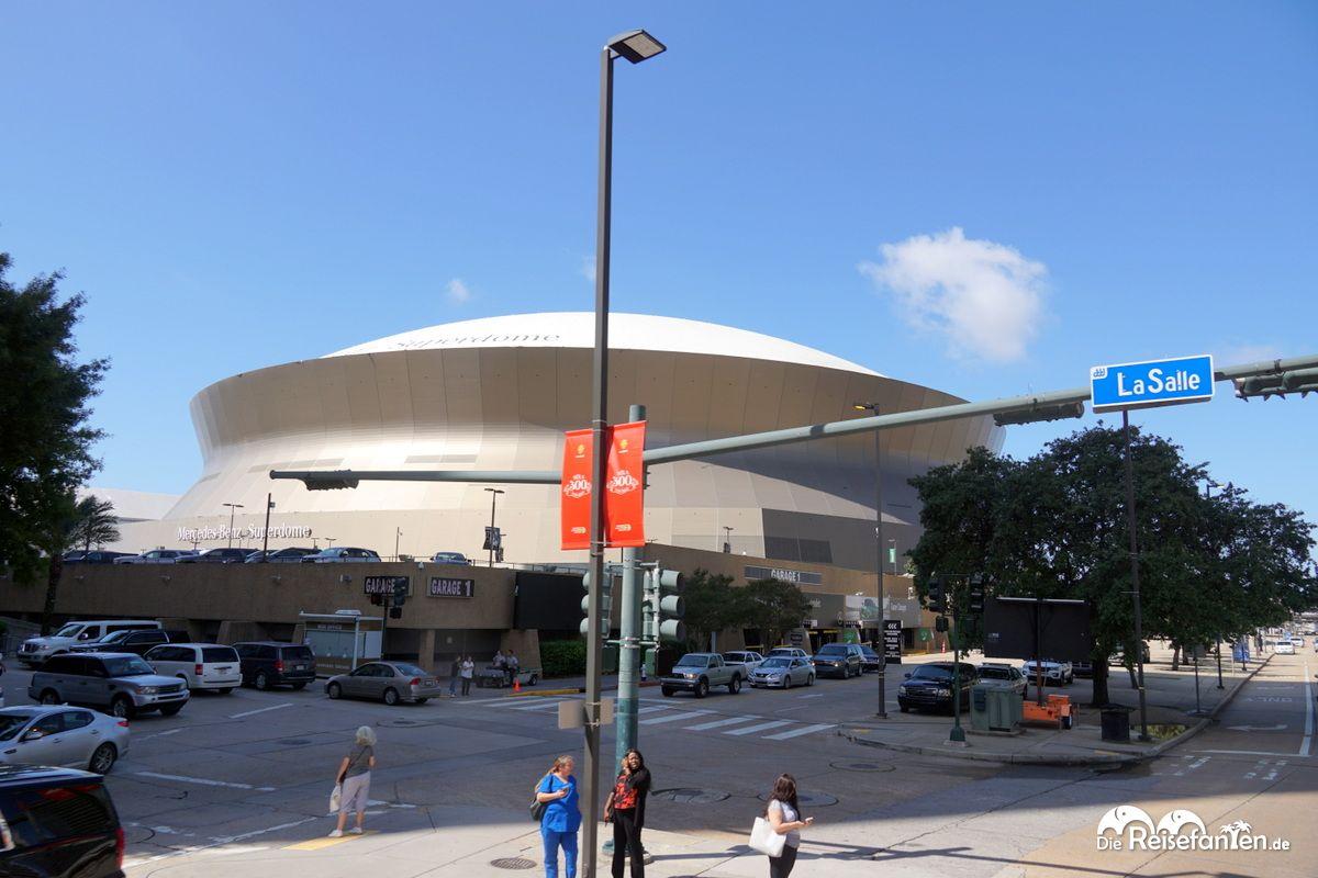 Der Superdome in New Orleans, vom City Sightseeing New Orleans Bus aus gesehen