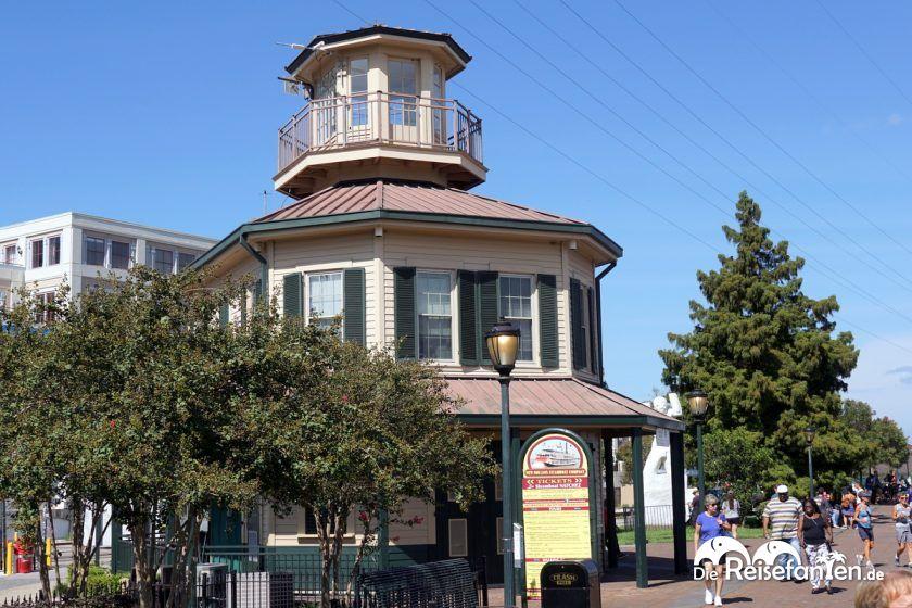 Der Verkaufspavillon für Tickets für das Steamboat Natchez in New Orleans