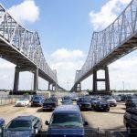 Die mächtige Brücke über den Mississippi, vom City Sightseeing New Orleans Bus aus gesehen