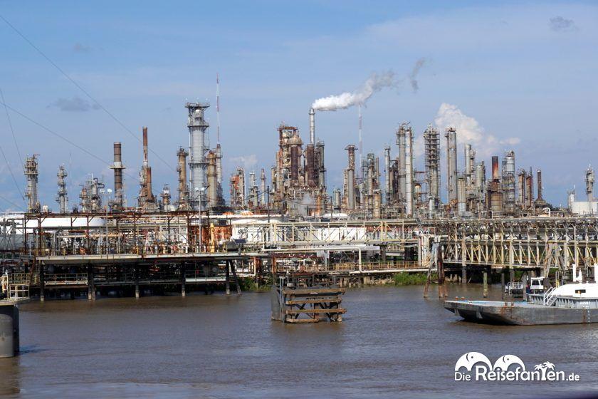 Industrieanlagen in New Orleans, gesehen von Bord des Steamboat Natchez