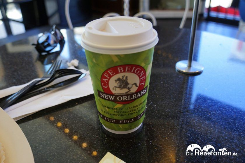Milchkaffee im Café Beignet Royal in New Orleans