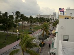 Blick aus dem Beacon South Beach Hotel in Miami auf den Ocean Drive