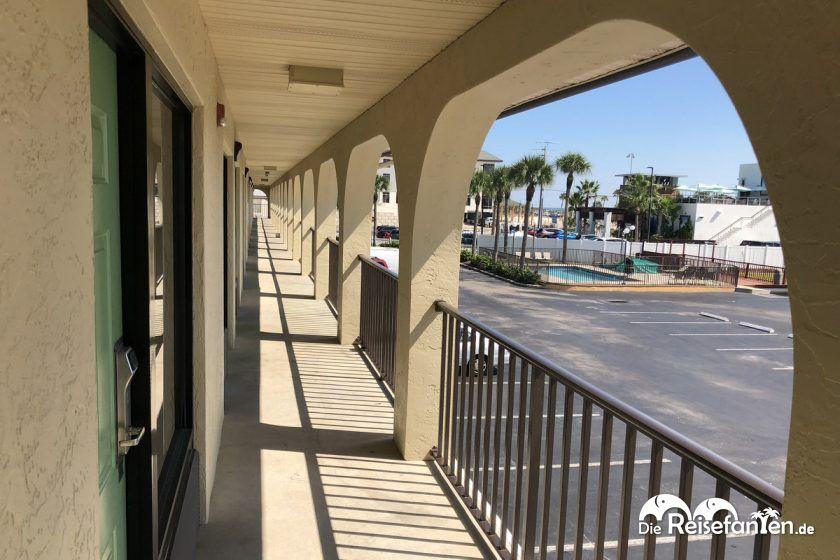 Motelgang im Super 8 St. Augustine Beach Hotel