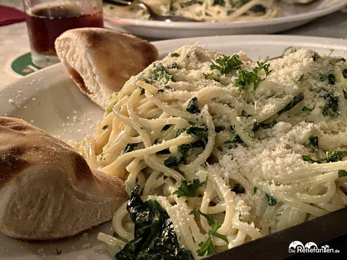 Leckere Spaghetti al Spinacina in der Pizzeria Napoli in Groningen