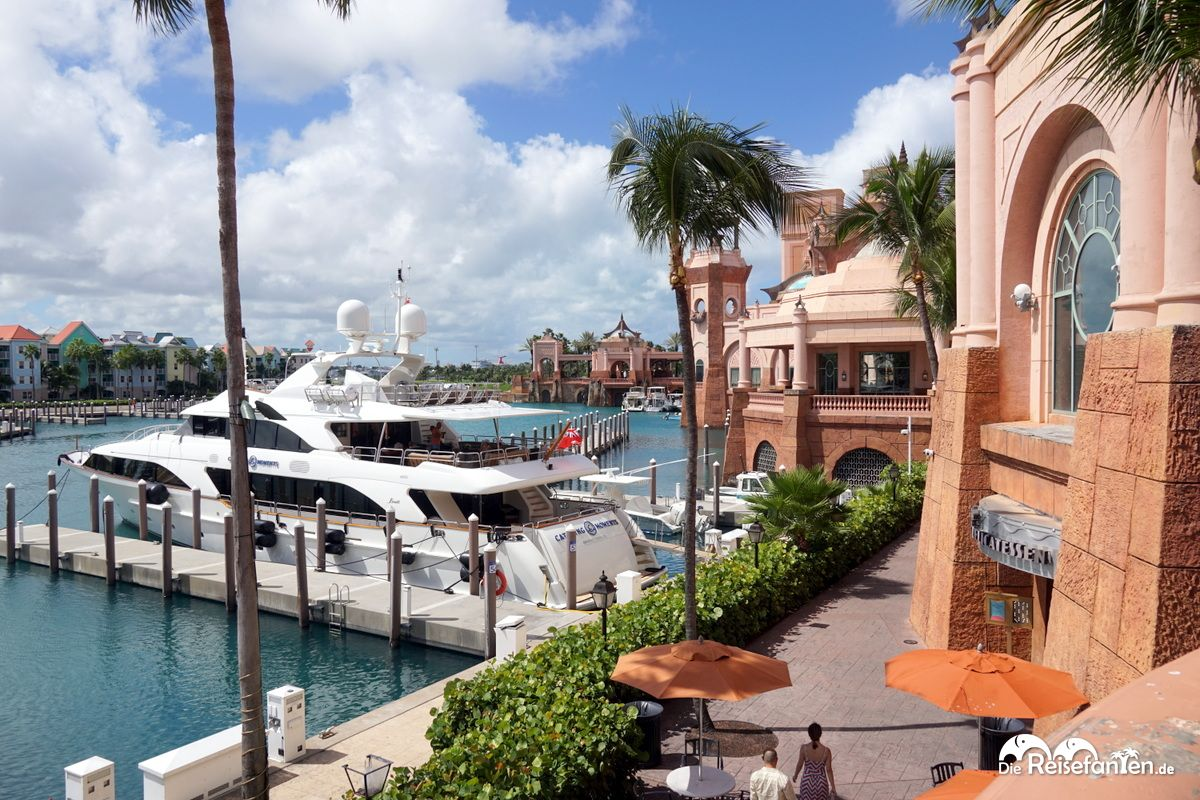 Pompöser Parkplatz vor dem Atlantis Hotel in Nassau