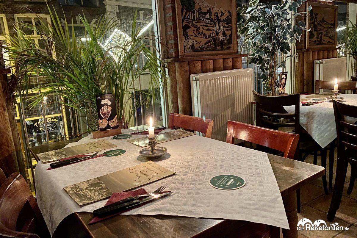Tische im zweiten Geschoss der Pizzeria Napoli in Groningen