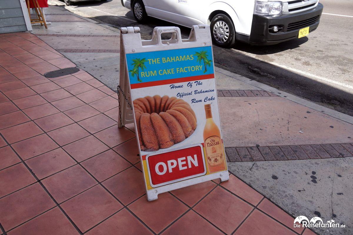 Vor dem Rumkuchen Laden in Nassau
