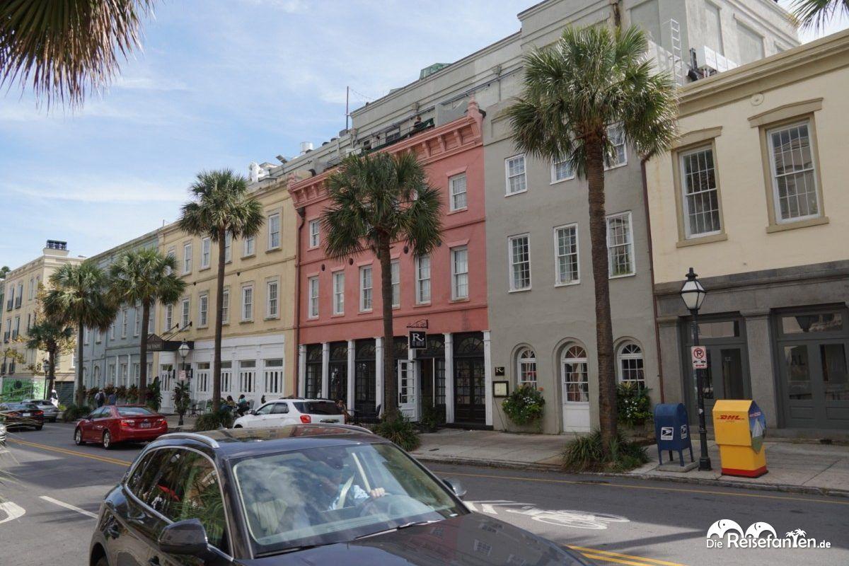 Blick auf die Rainbow Row in Charleston