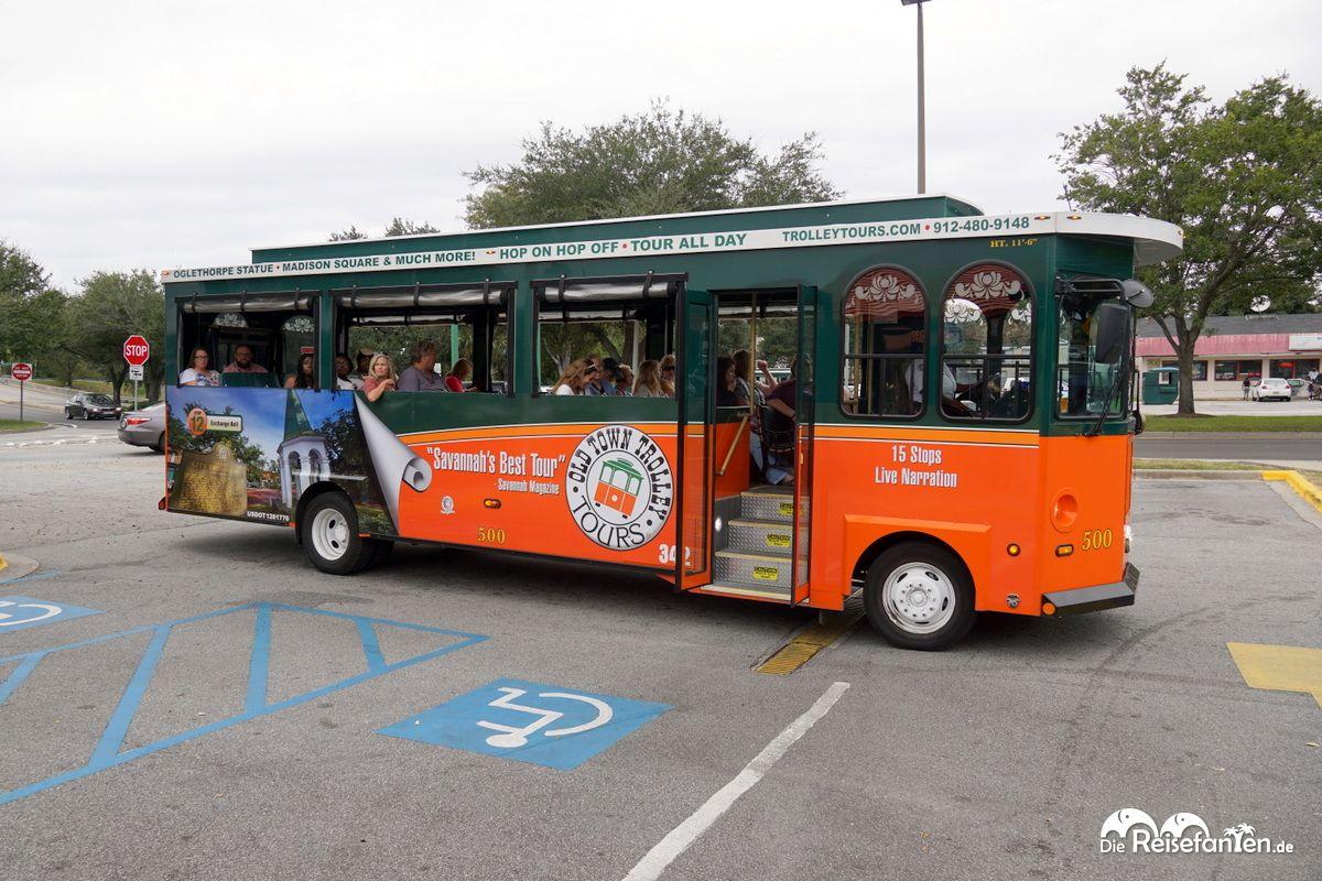 In solchen Bussen geht es auf der Savannah Trolley Tour durch die Stadt