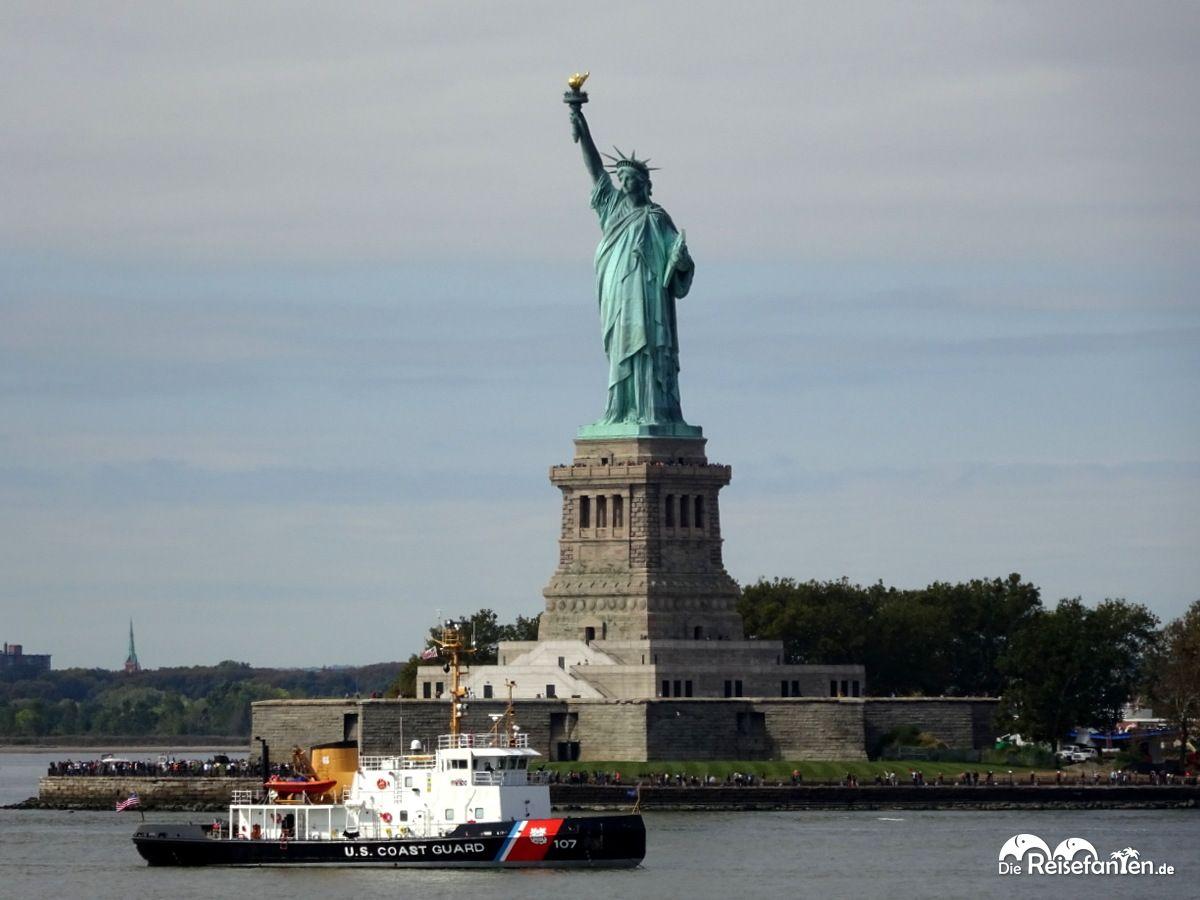 Vorbeifahrt an der Freiheitsstaue in New York