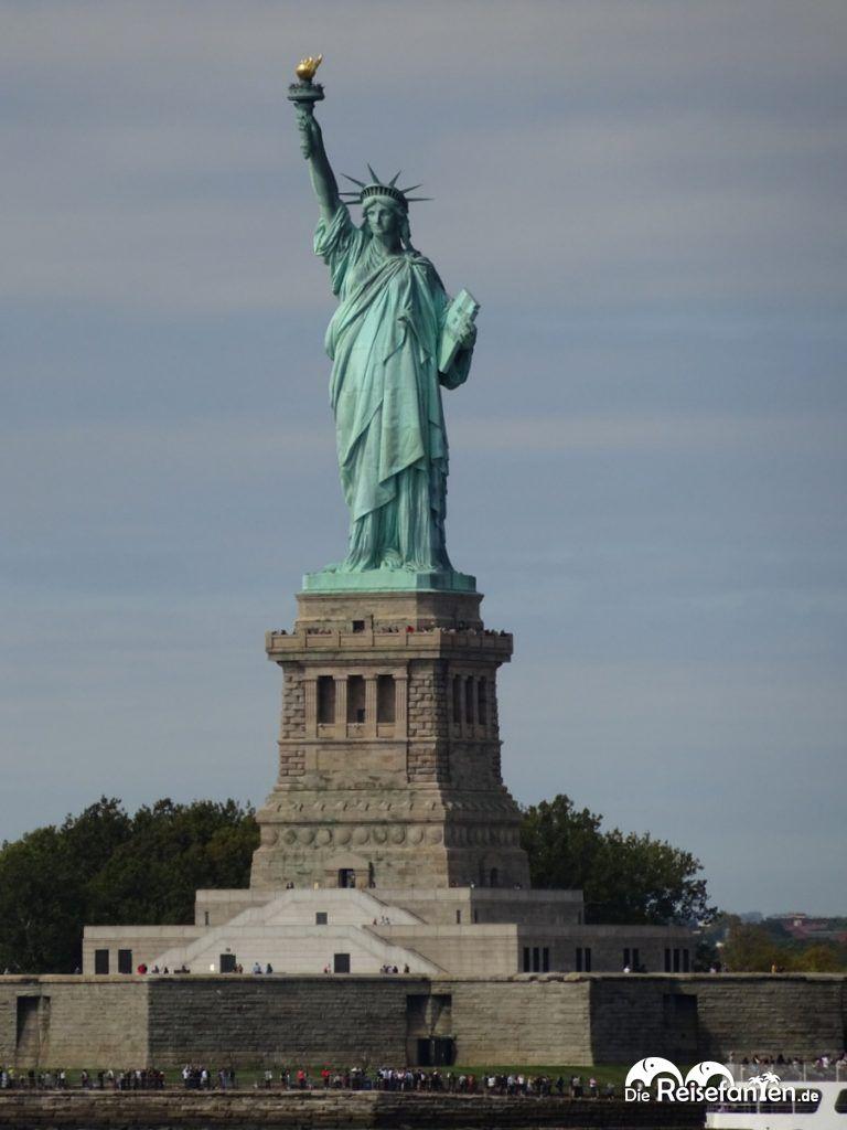 Mit der Staaten Island Ferry entlang der Freiheitsstatue in New York