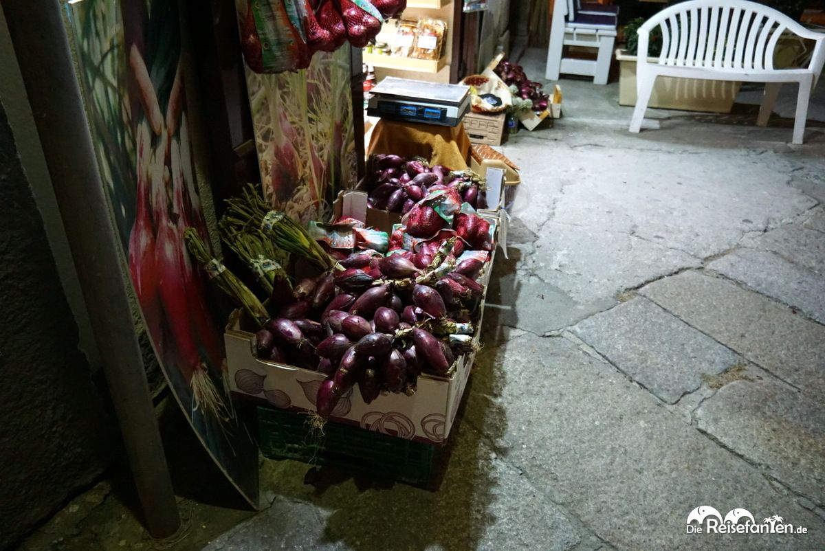 Auch nachts werden die Cipolla Rossa di Tropea angeboten