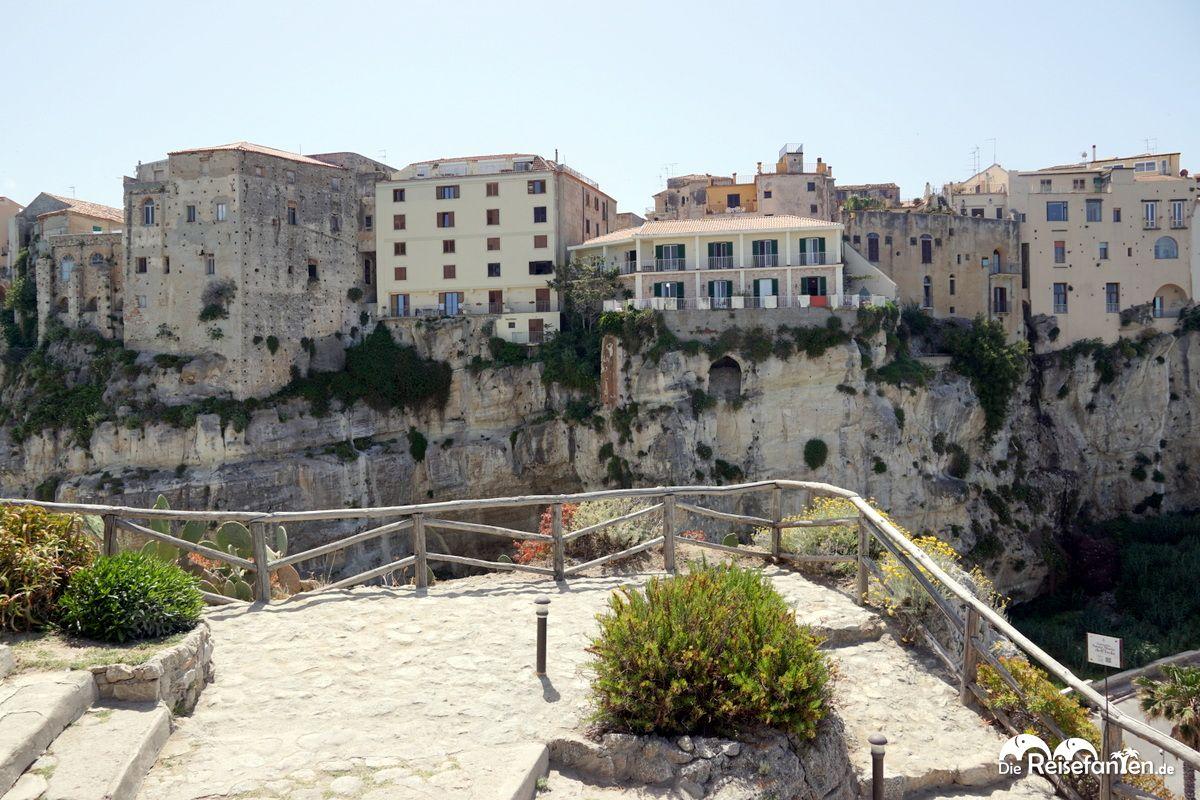 Blick von der Wallfahrtskirche Santa Maria dell'Isola Richtung Altstadt