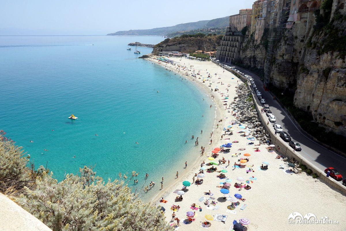 Blick von der Wallfahrtskirche Santa Maria dell'Isola zum Strand