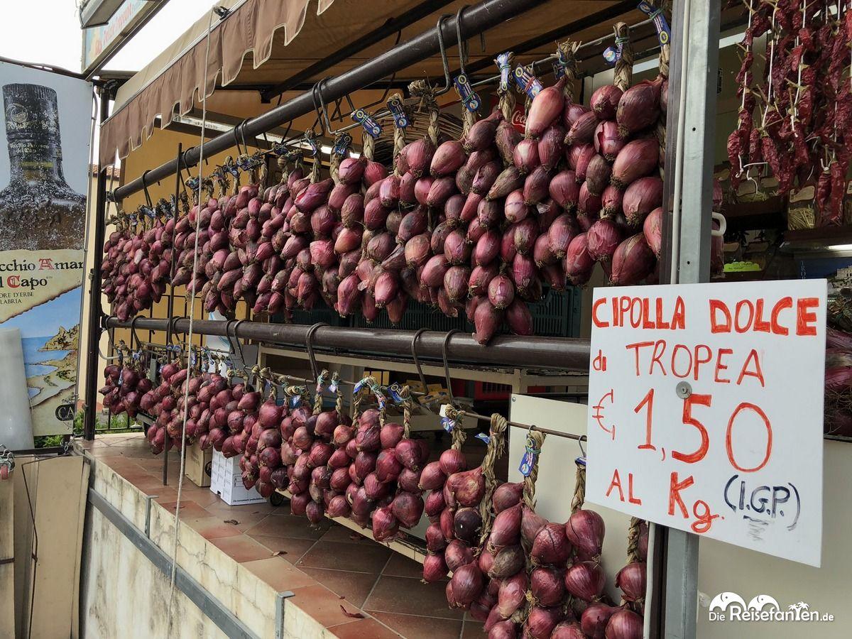 Die Cipolla Rossa di Tropea gibt es überall im Ort