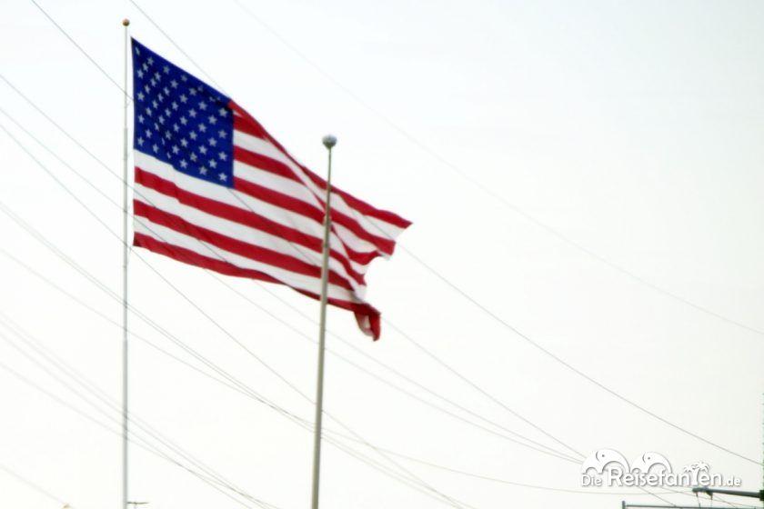 Die Flagge der USA weht im Wind