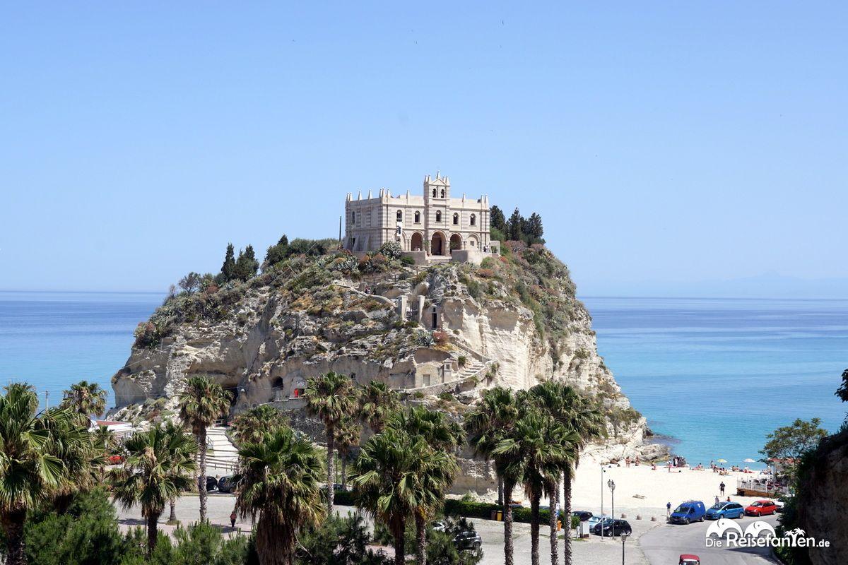 Die Wallfahrtskirche Santa Maria dell'Isola auf ihrem Hügel
