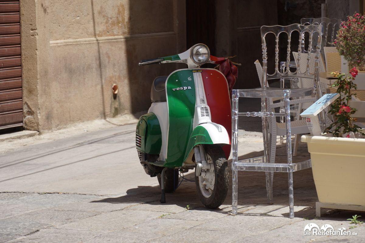 Italienische Vespa vor dem Restaurant That's Amore in Tropea
