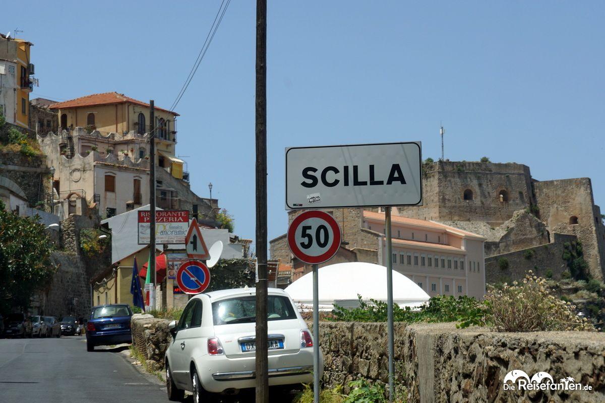 Das Ortsschild von Scilla in Italien