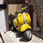 Eine gelbe Vespa im italienischen Scilla