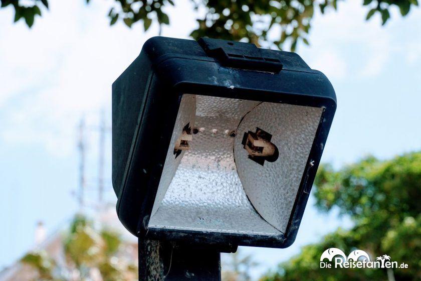 Kaputte Lampe an der Meerespromenade von Die Strandpromenade von Reggio Calabria