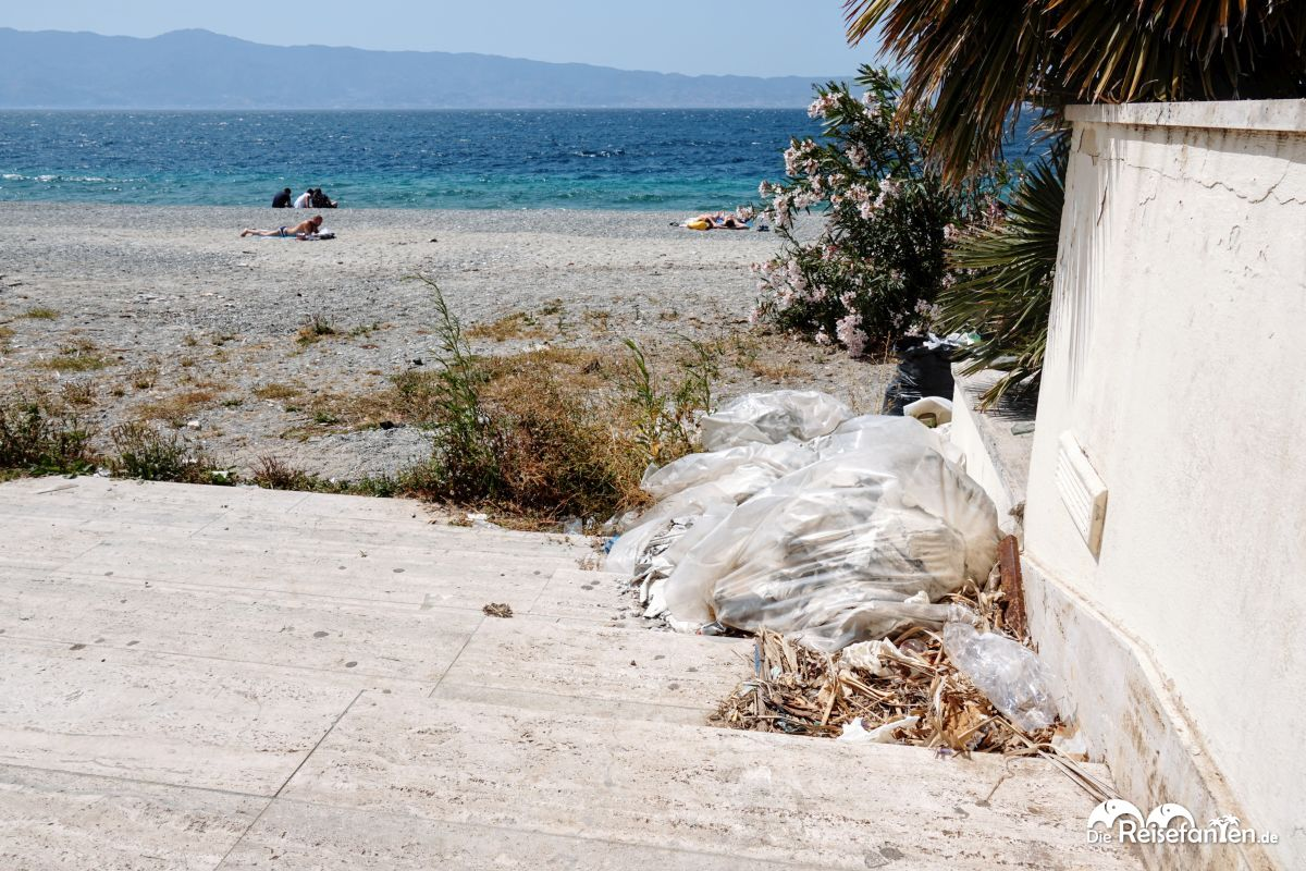 Müll und Bauschutt nahe des Lido von Reggio Calabria