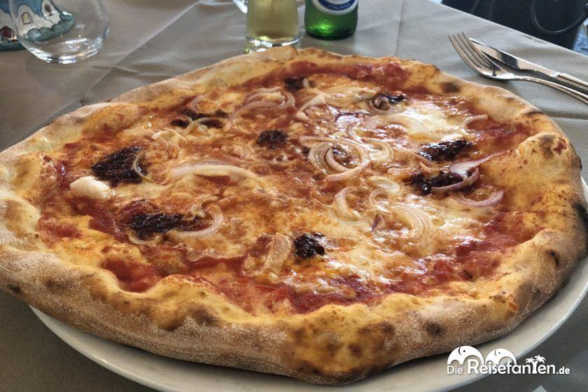 Pizza Cipolla in der Pizzeria La Boheme in Tropea