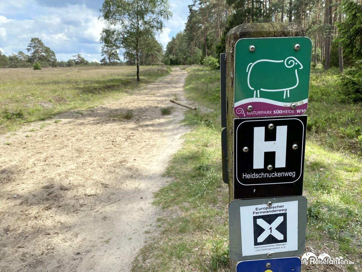 Diverse Schilder zum Wanderweg W10 und Heidschnuckenweg in der Lüdeburger Heide
