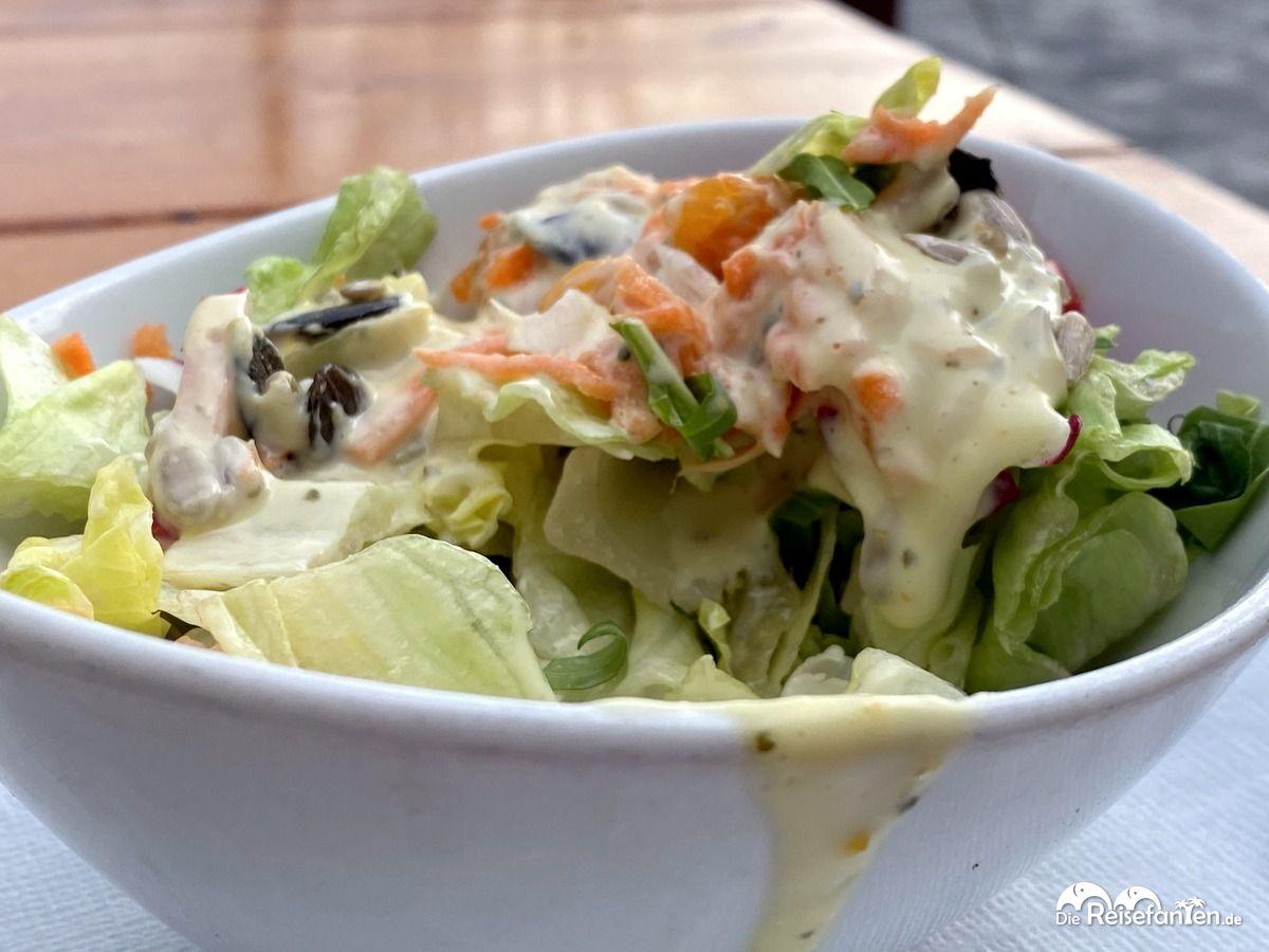 Auch einen Salat gab es in der kleinen Fischkiste in Cuxhaven