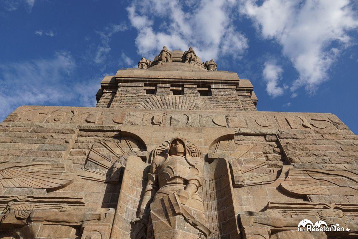 Blick hinauf auf das Völkerschacht Denkmal in Leipzig