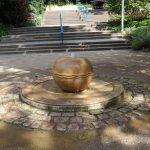 Ein Apfelbrunnen im Herzogenriedpark in Mannheim.jpg