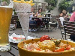 Radler, Pommes und Grillgemüse mit Lachs in der Hofschänke im Zwinger in Freinsheim