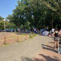 Die Schlange vor dem Schlossparkbad in Bremen
