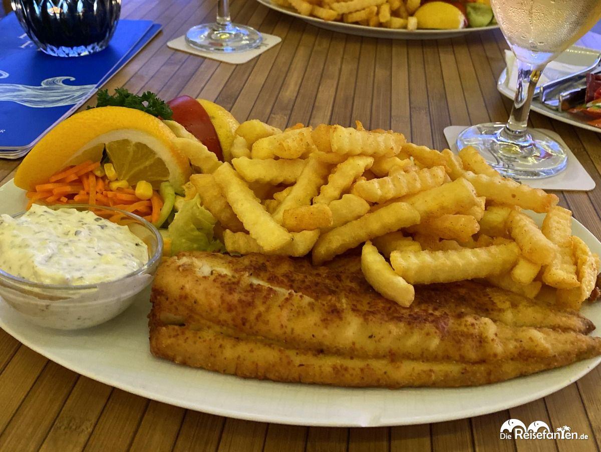 Paniertes Fischfilet im Restaurant Fisch Fitz in Timmendofer Strand