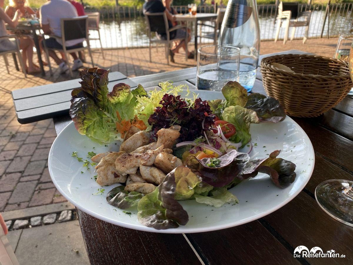 Salat mit Hähnchen in der Hammehütte Neu Helgoland