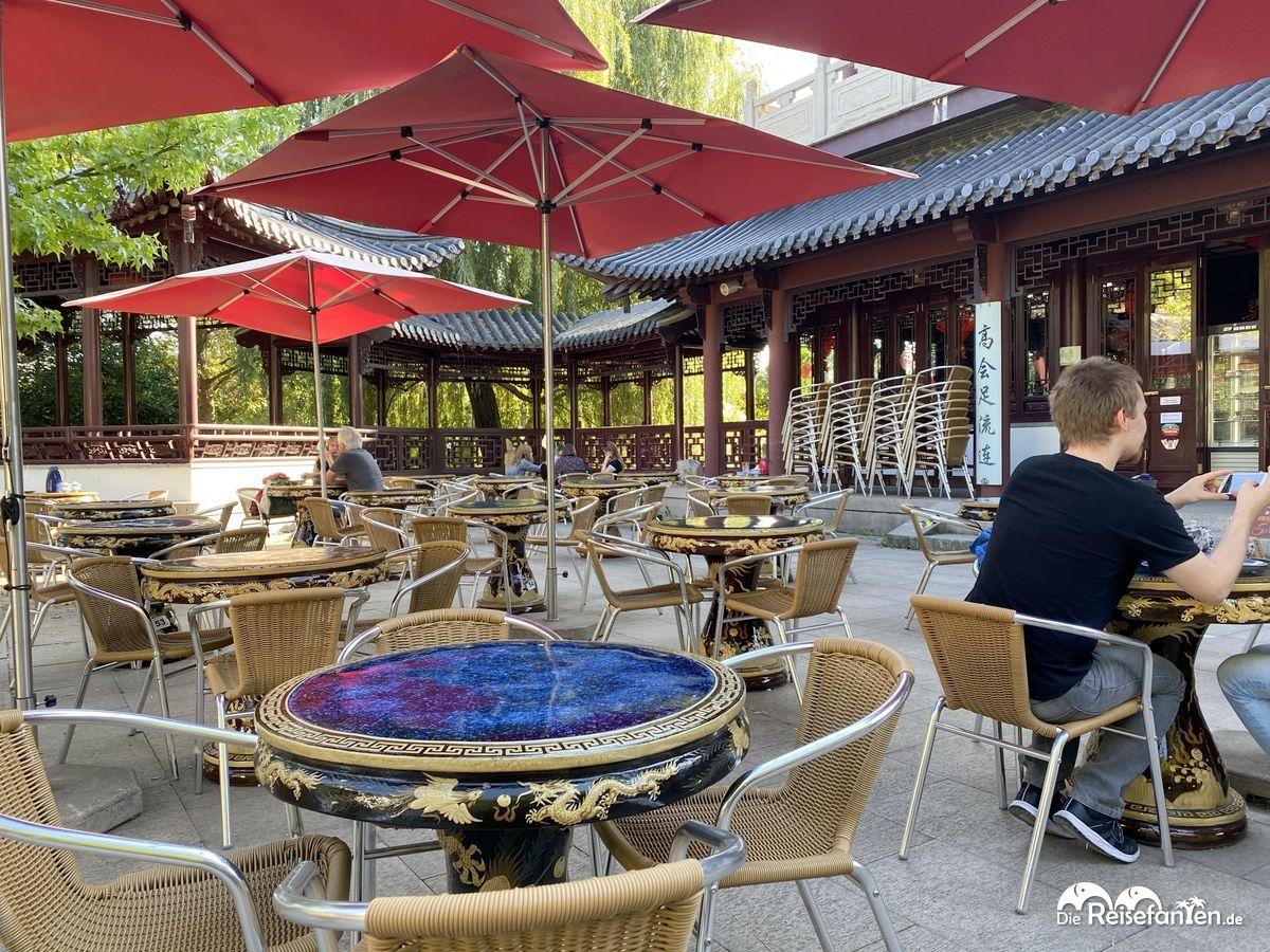 Großzügiges Sitzen im Chinesischen Teehaus im Luisenpark Mannheim