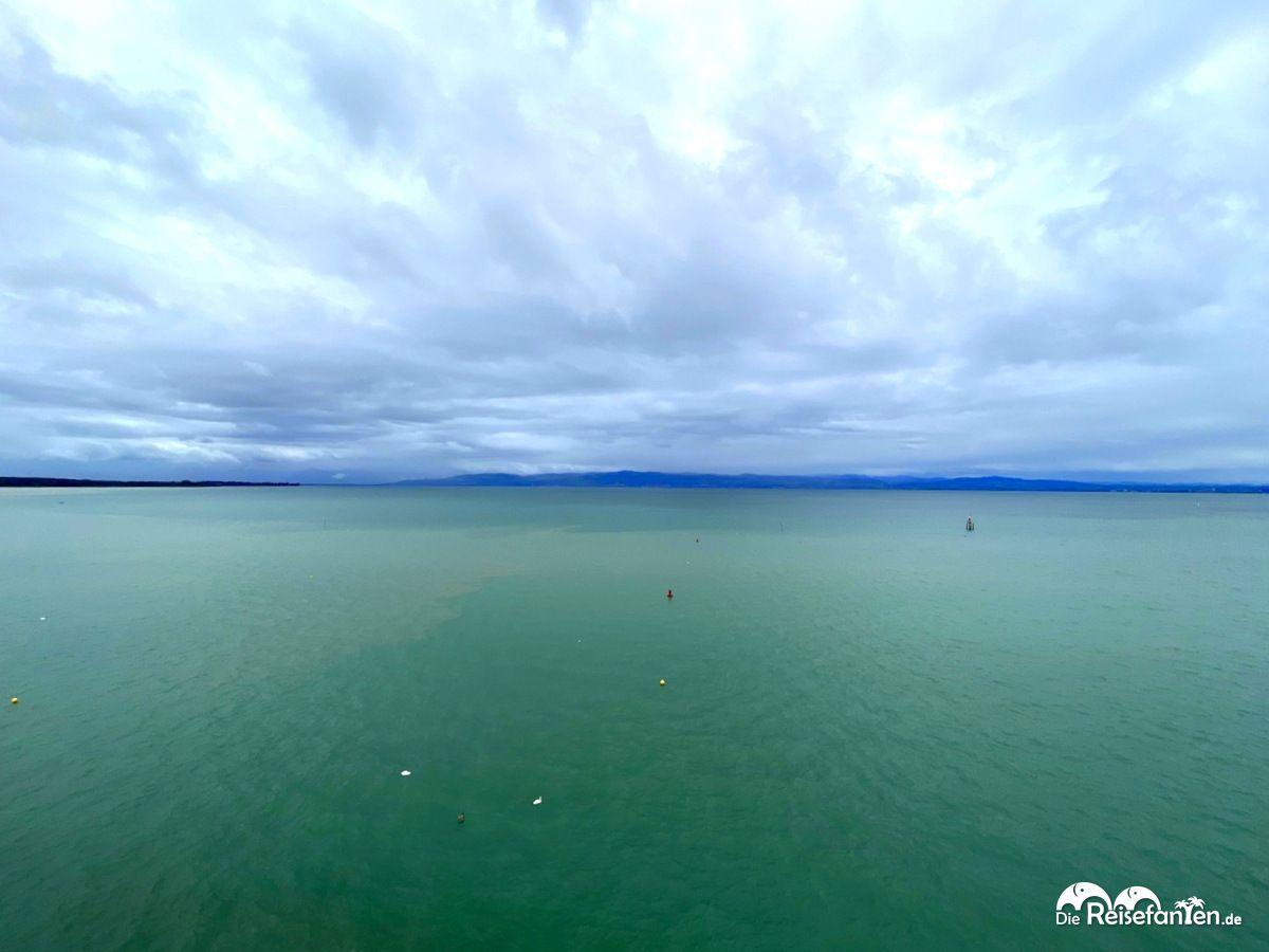 Weiter Blick auf den Bodensee vom Moleturm in Friedrichshafen