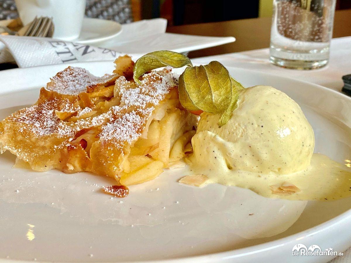 Apfelstrudel im Restaurant Einkehr